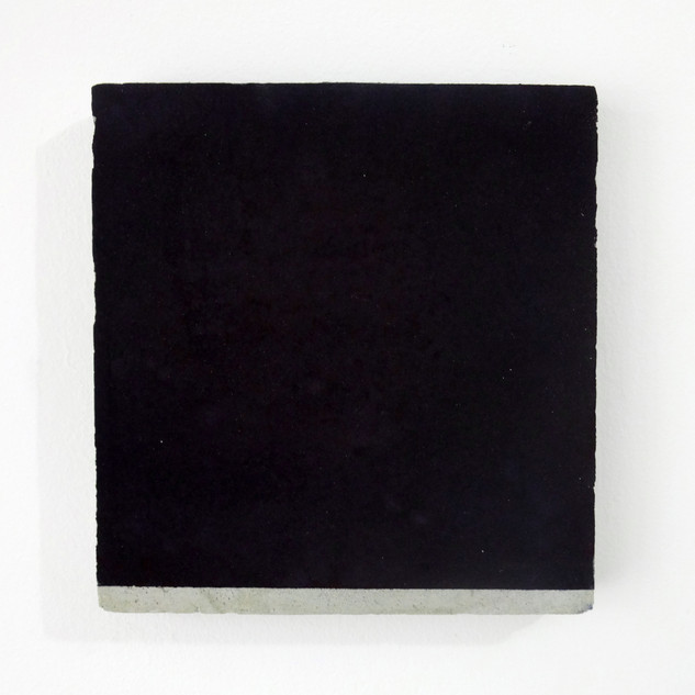 Roberta Tassinari Sem título, 2017. Pigmento em pó sobre cimento. 30x27x3cm