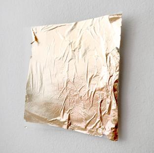 Sem título, 2016 Folha de ouro  e encáustica sobre papel vegetal 15x18x5cm