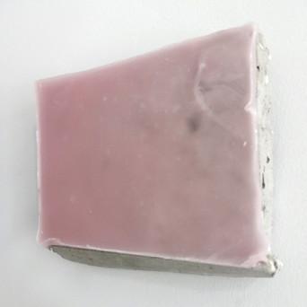 Sem título, 2017. (vista lateral) Parafina pigmentada sobre cimento.  15x18x5cm