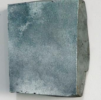 Sem título, 2017. Pigmento em pó sobre cimento pigmentado.  17x14x4cm