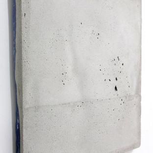 Sem título, 2017. (vista lateral) Cimento sobre cera de abelha pigmentada.  30x25x3cm