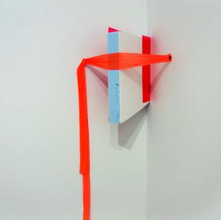 Sem título LI, 2013 Isopor, fita isolante e tachinha sobre parede. Dimensões variáveis