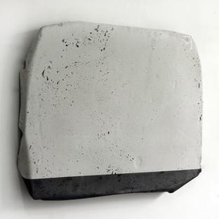 Sem título, 2017. (vista lateral) Grafite em pó sobre cimento.  35x40x3cm