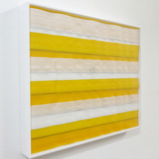 Amarelo sobre amarelo e preto, 2013  Caixa de acrílico branco leitoso e  tecido de nylon sobreposto. 40x50 cm