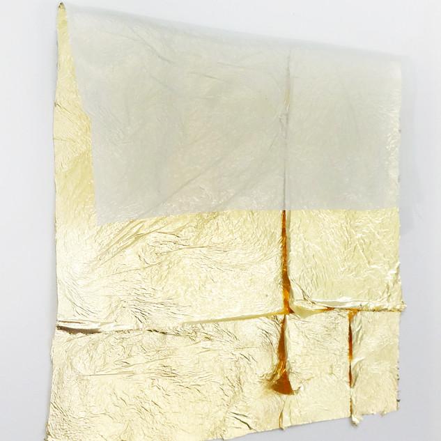 Sem título, 2019.  Folha de ouro sobre tecido e alfinete 30x25x3cm