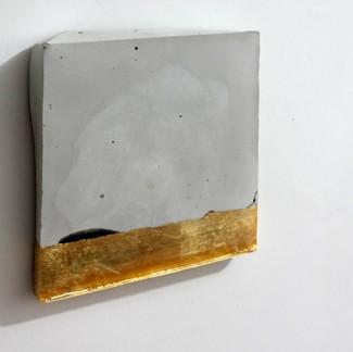 Folha de ouro e resina sobre cimento. 19x21x4 cm