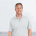 Mann im grauen Hemd