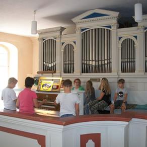 Eine besondere Musikstunde in der 5b - an und in der Orgel!