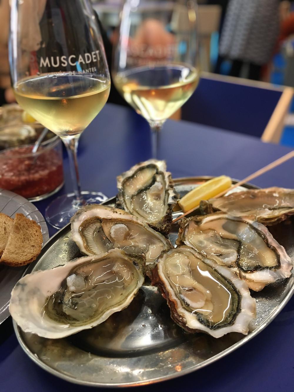 Des huîtres de l'Atlantique avec deux verres de Muscadet sur lie au Salon des Vins de Loire 2020