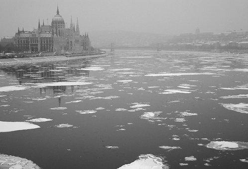 Zoltán André: Frozen Parliament