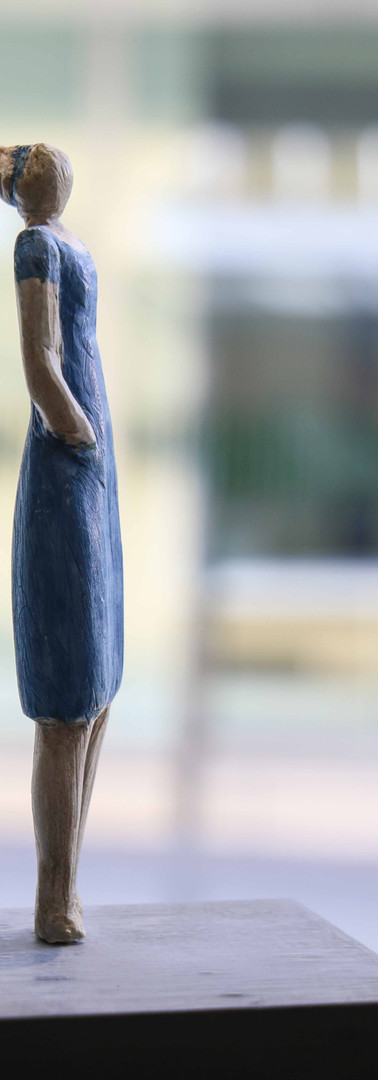 fille en robe bleue
