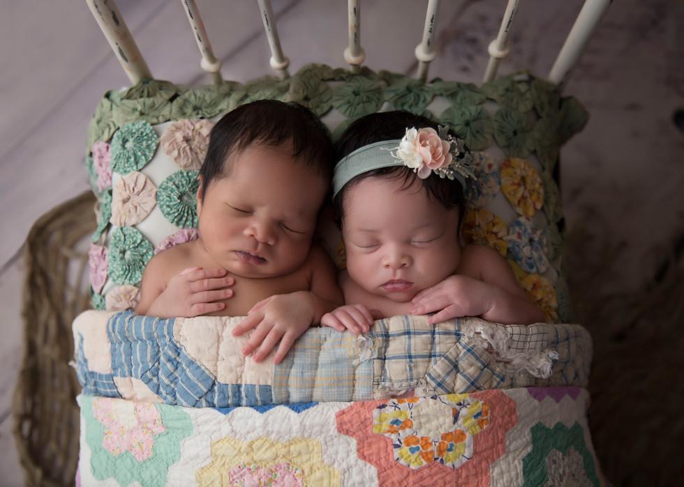 Adorable twin newborn babies in Tampa! Twin photo shoot inspiration!