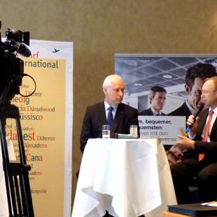 Christoph Blume vom Flughafen Düsseldorf und Reiner Schränkler von HOCHTIEF Airport, Axel Raab, DFS, und Karl Ulrich Garnadt, Lufthansa Passage Airlines
