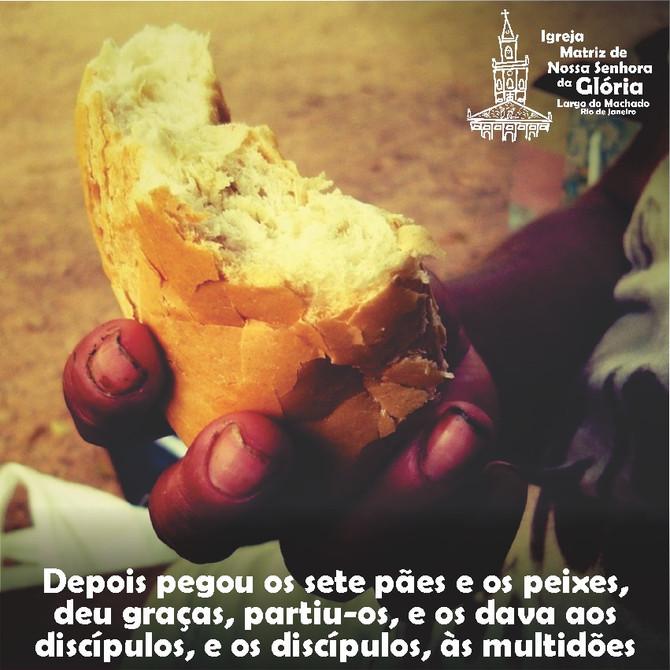 """""""Depois pegou os sete pães e os peixes, deu graças, partiu-os, e os dava aos discípulos,"""