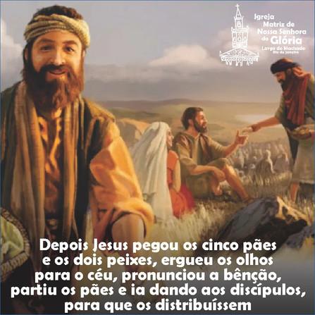 """""""Depois Jesus pegou os cinco pães e os dois peixes, ergueu os olhos para o céu, pronunciou a bênção,"""