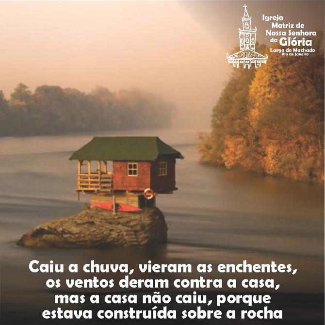 """""""Caiu a chuva, vieram as enchentes, os ventos deram contra a casa, mas a casa não caiu,"""