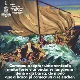 Começou a soprar uma ventania muito forte e as ondas se lançavam dentro da barca,
