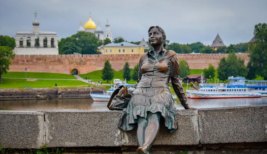 """Скульптура """"Девушка-туристка"""", Великий Новгород"""