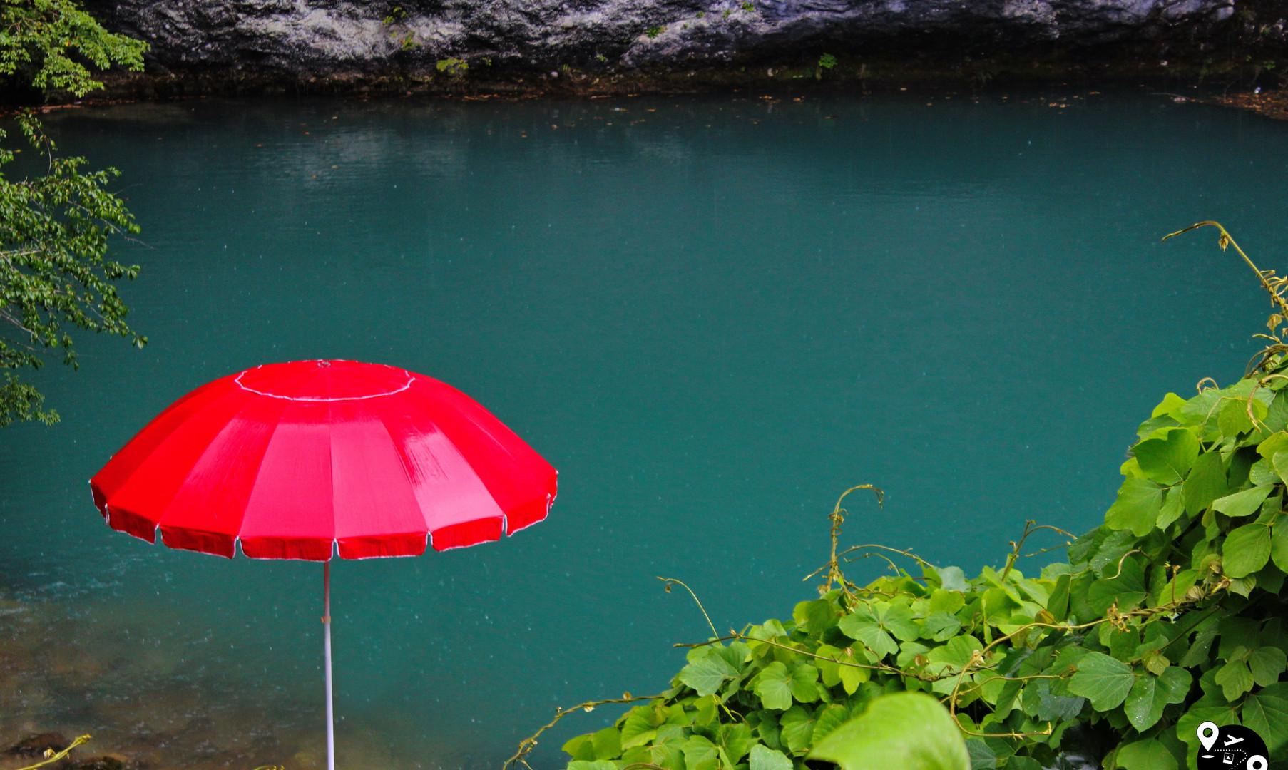 Голубое озеро по пути на озеро Рица