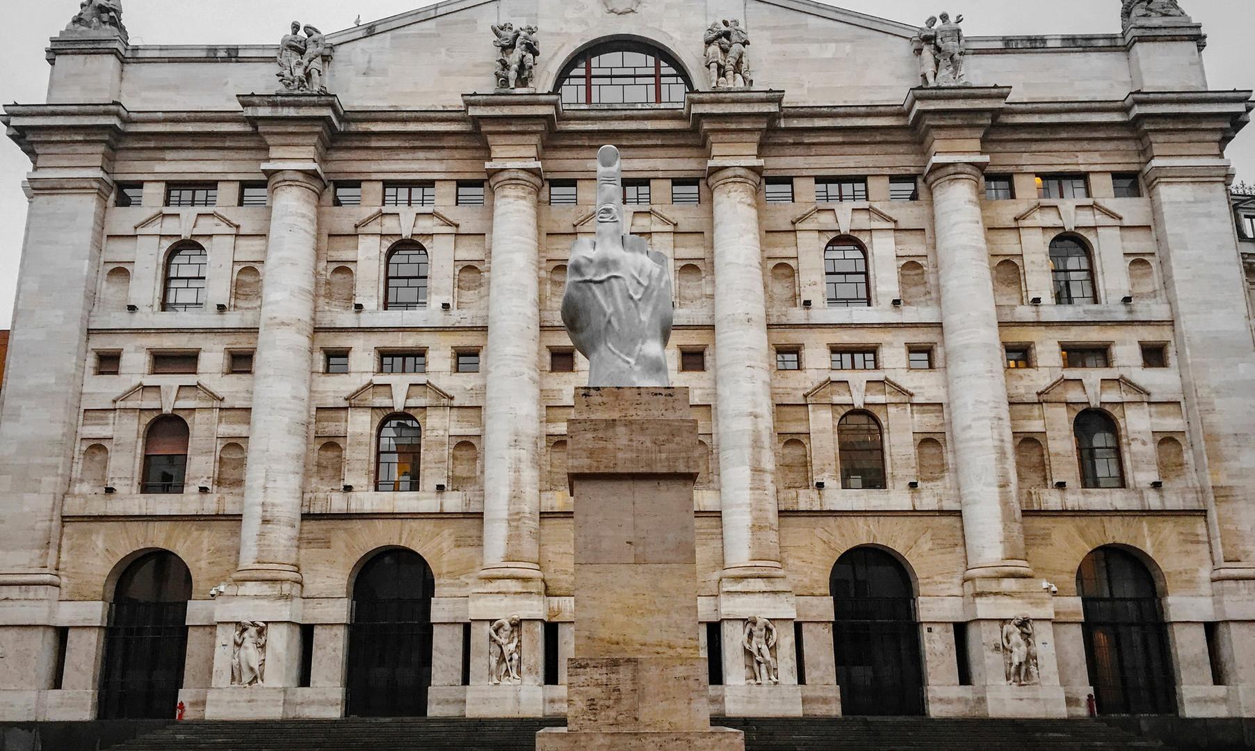 """Композиция """"Напоминание о кризисе"""" на Piazza Affari, Милан"""