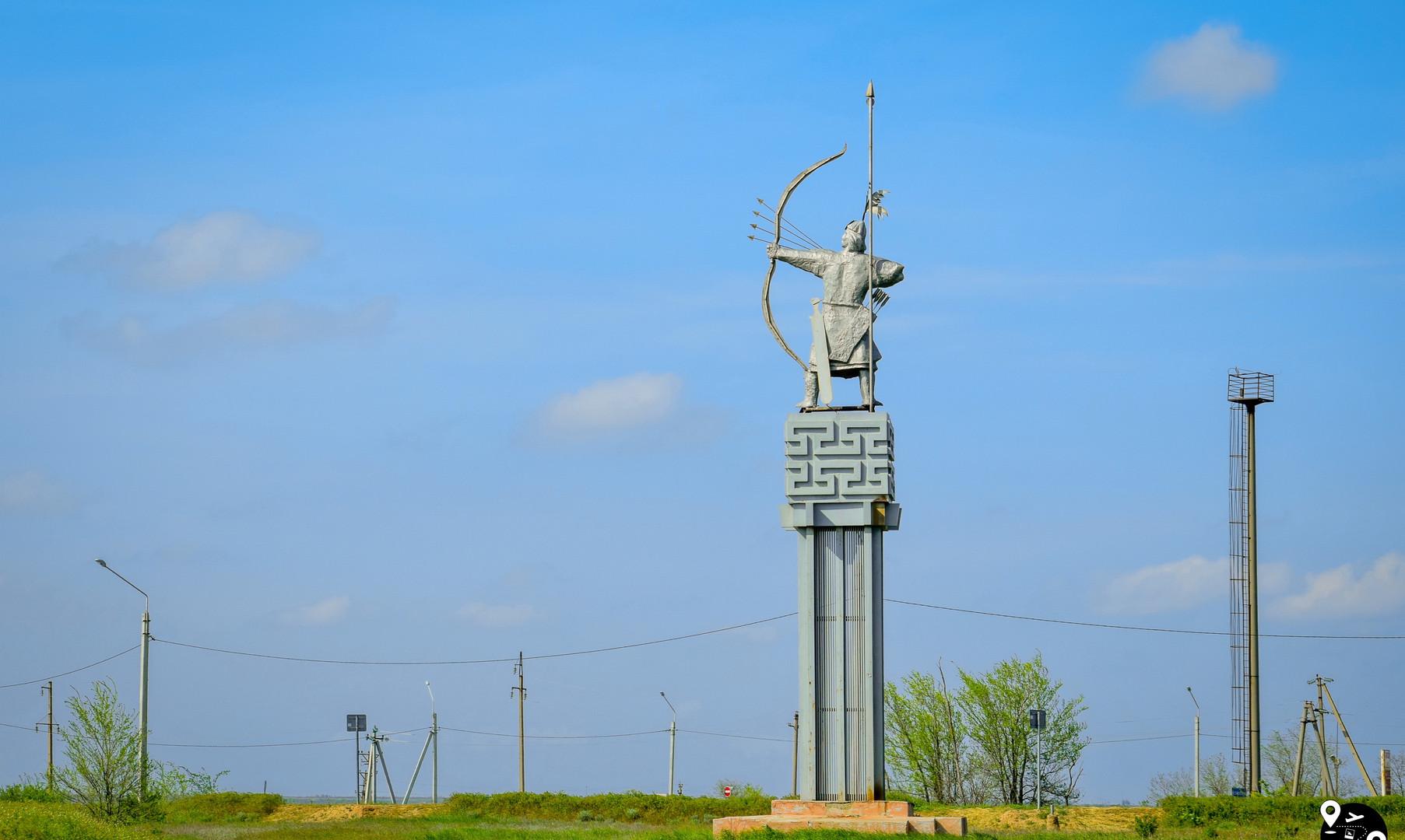 "Скульптура ""Улан Хонгор - Алый лев"", Элиста"