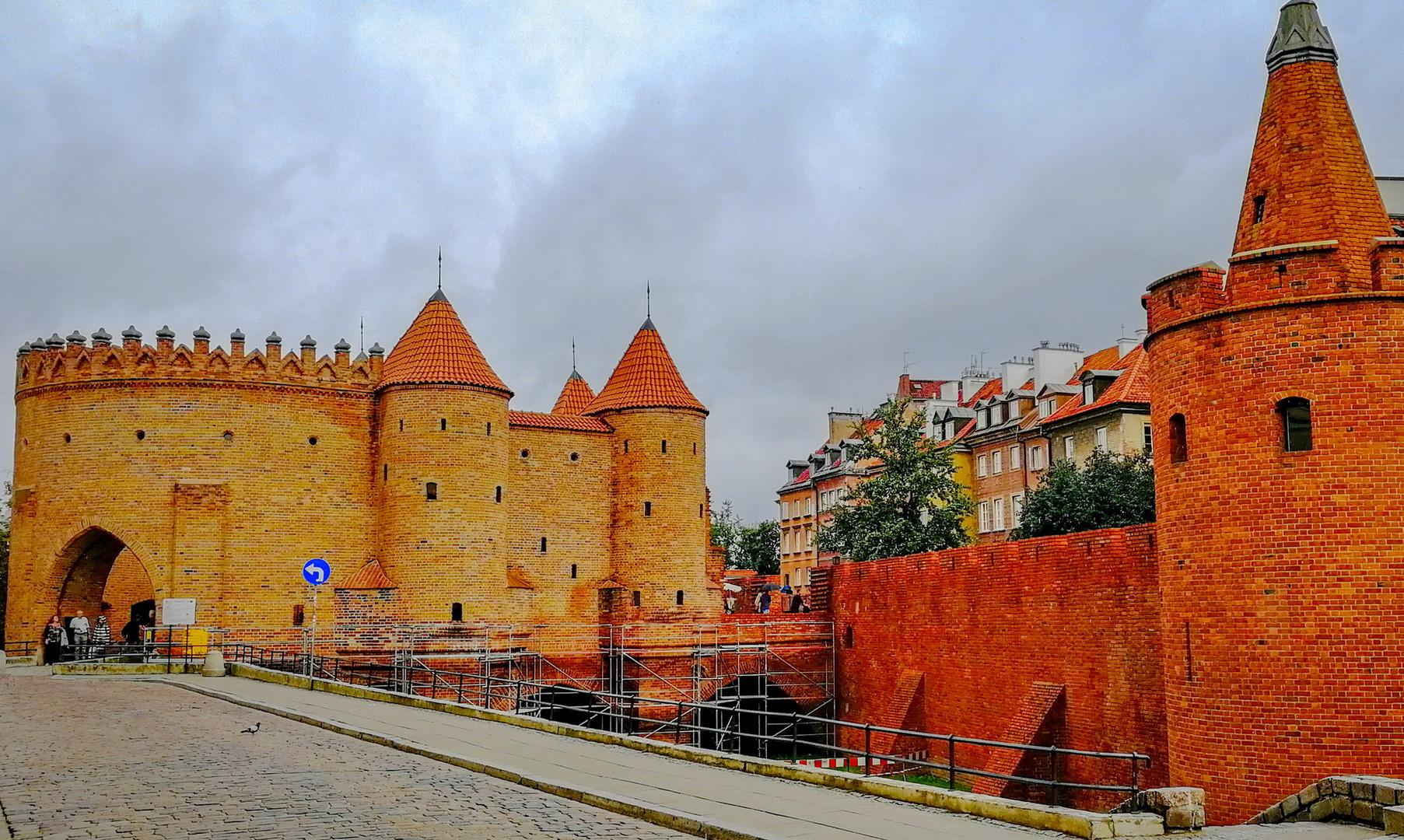 Барбакан и стены крепости Варшавы