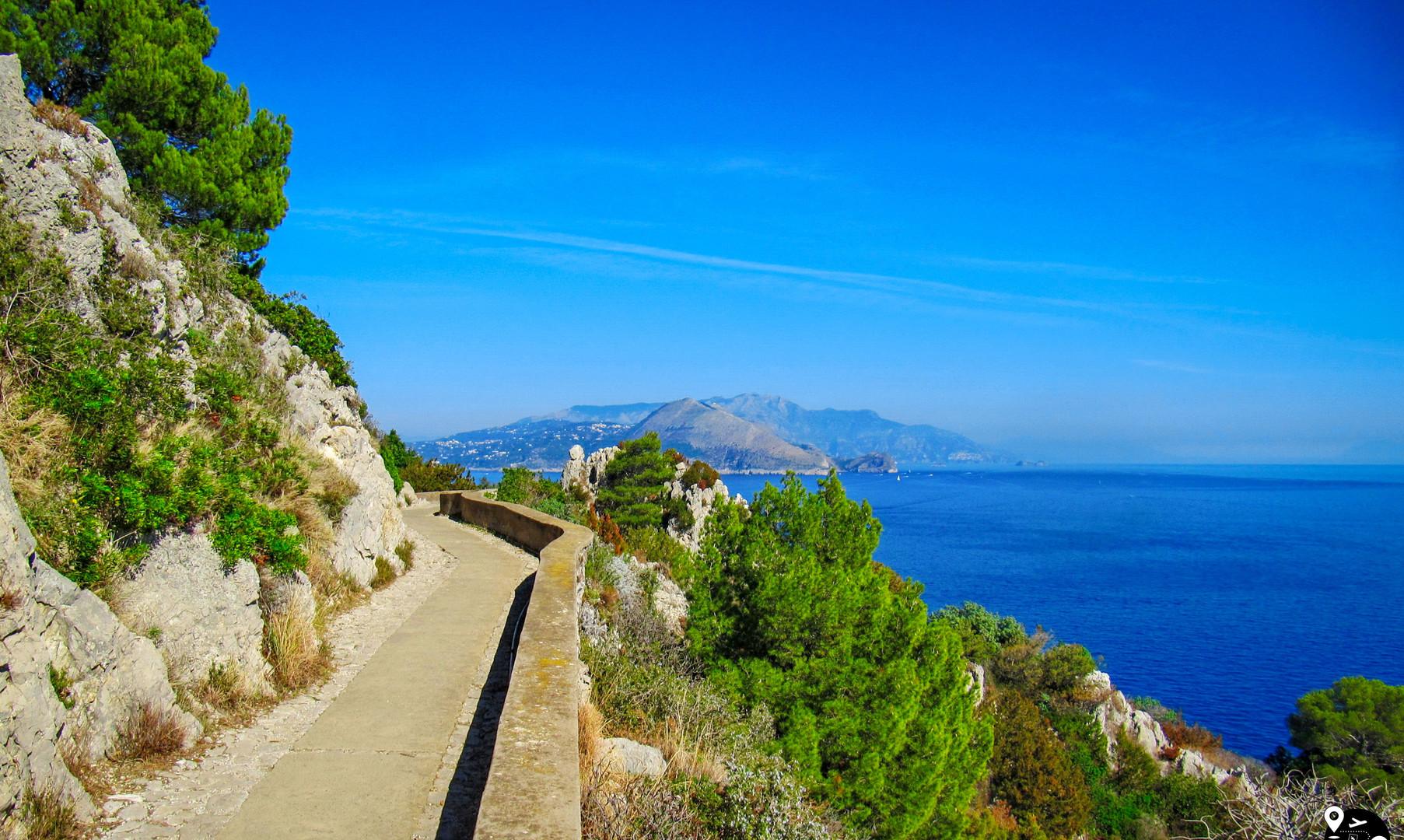 Променад вдоль берегов острова Капри
