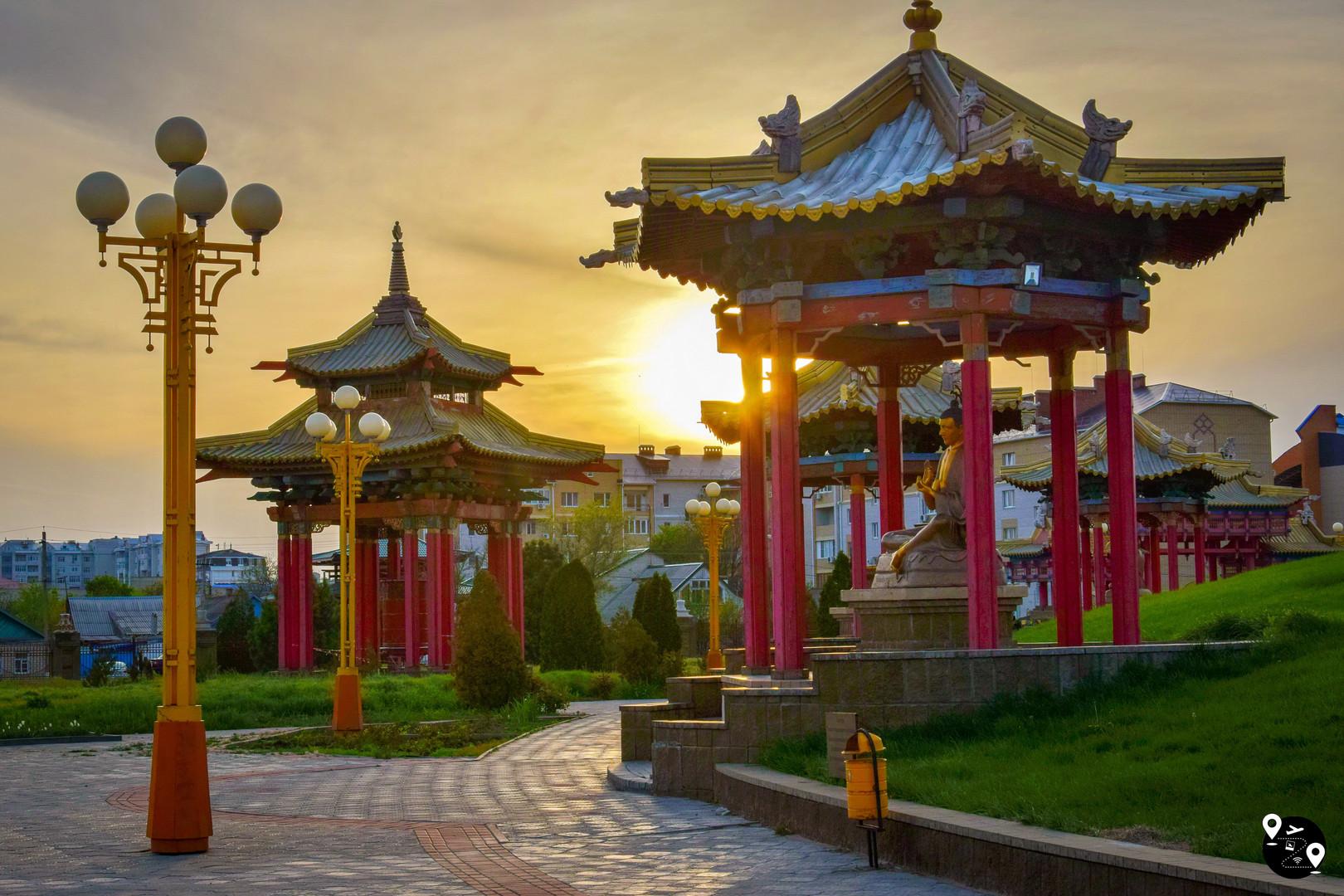 Буддистские арки в Элисте, Калмыкия