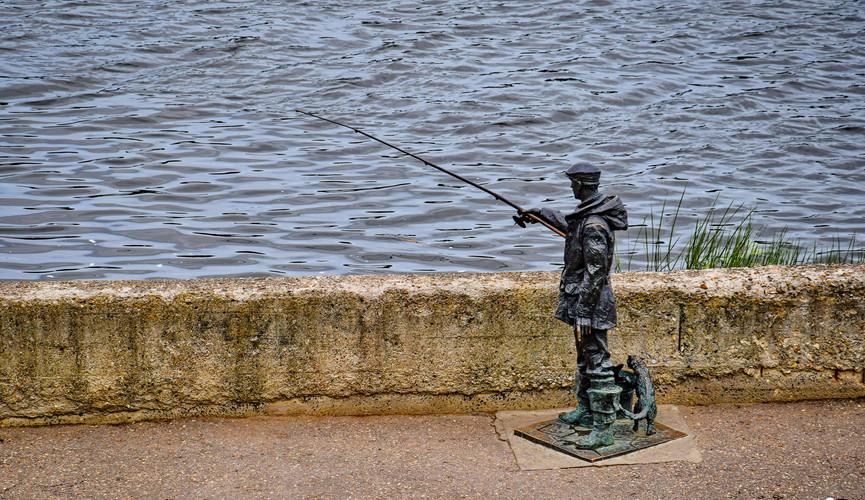"""Скульптура """"Рыбак"""" в Твери"""