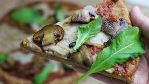 Pizza com Cogumelos Adocicados, Queijo Defumado e Rúcula