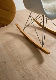 Piso de madera con silla moderna