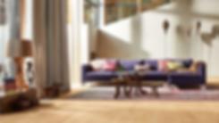 Sala decorada con piso de duela de ingeniería con madera de roble natural puro, diseño de lujo con contrastes en los muebles y decoraciones