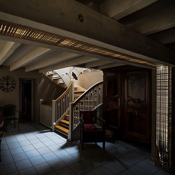 Agencement lumineux, lampe en bois in situ
