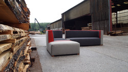 canapé design gris et rouge