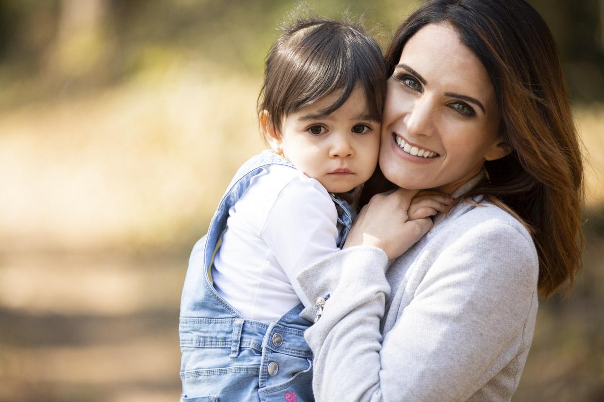 Mama und kleine Tochter Familien Fotoshooting draussen Outdoor