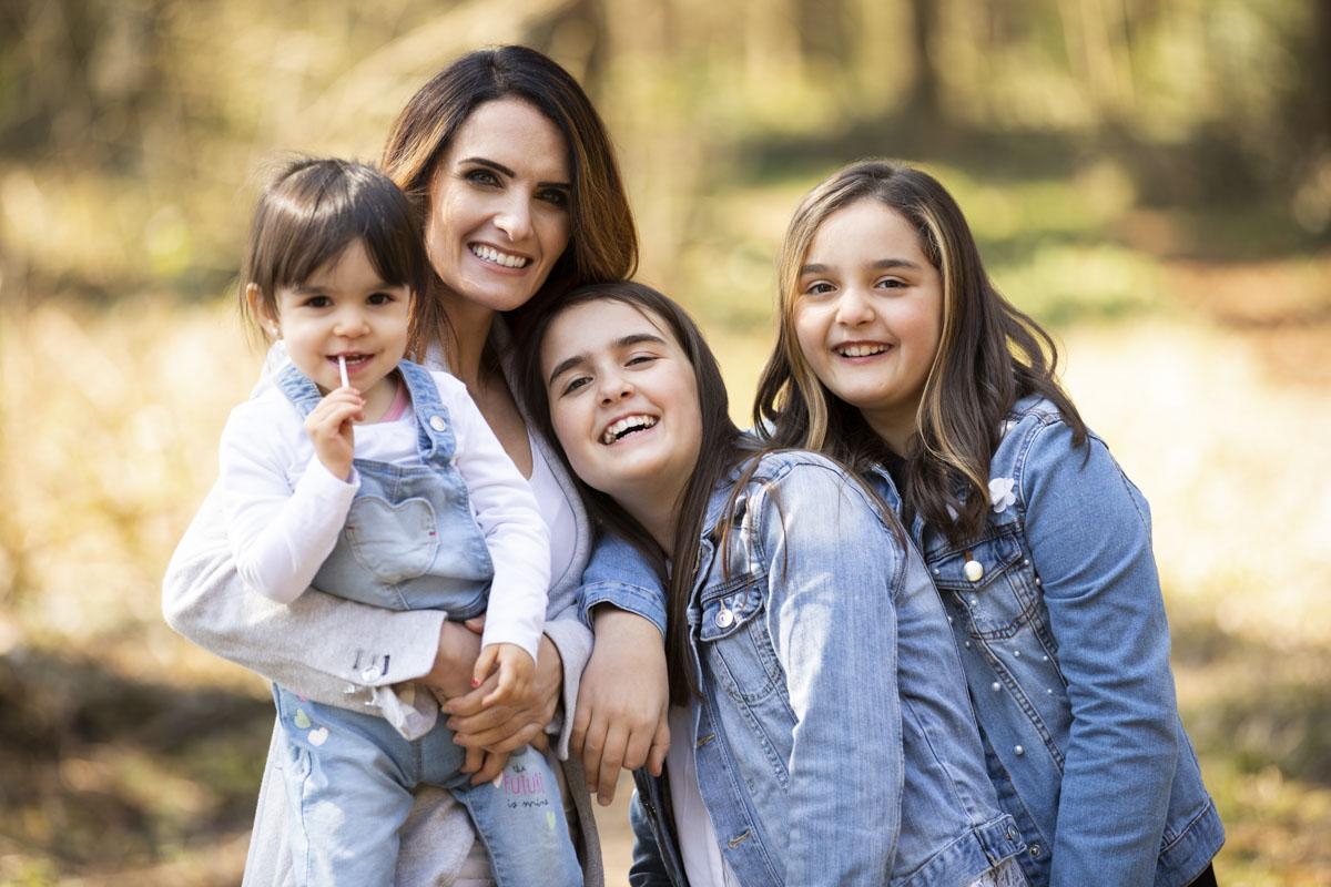 Mama und 3 Töchter Familien Fotoshooting draussen Outdoor