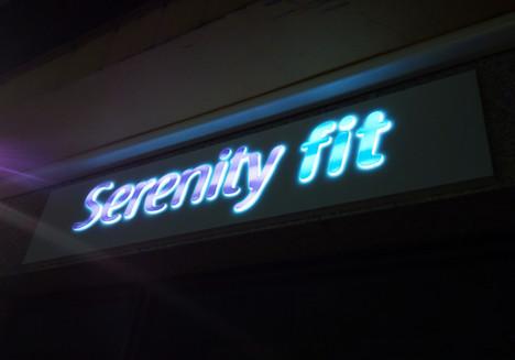 Rótulo envolvente con letras corpóreas incrustadas de metacrilato + vinilo Serenity Fit