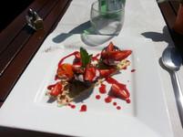 Coque de chocolat noir aux fraises, croustillant de chocolat blanc