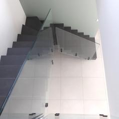 Escalier béton ciré avec garde corps en verre
