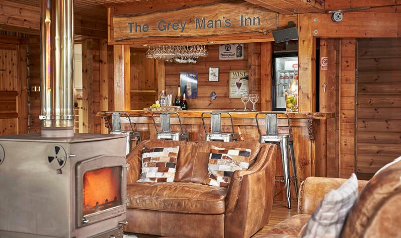 Big-Husky-Lodge-0120-web-Fire-and-Bar.jpeg
