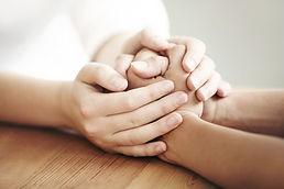 dos manos aguantando a cada uno