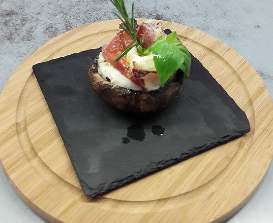 Gebackener Portobello mit Mozzarella, Landrauchschinkenrose und Grana Padano