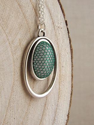 Detalle joya diseño colgante Kate con encaje verde Halas