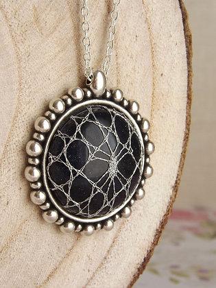 Detalle Diseño joya Frances con encaje Halas y piedra natural