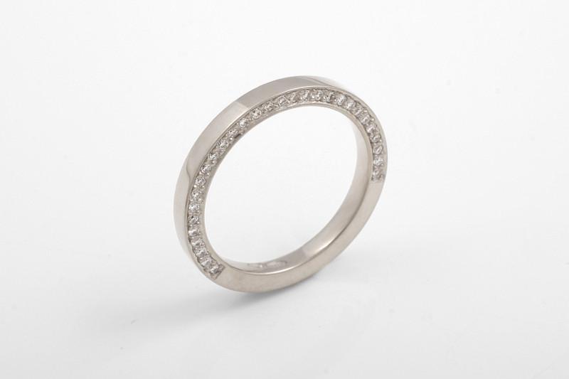 Valkokultaisessa sormuksessa timantit on istutettu sormuksen sivuun vain osan matkaa, jolloin mahdolliset myöhemmät koon muutokset onnistuvat helposti.