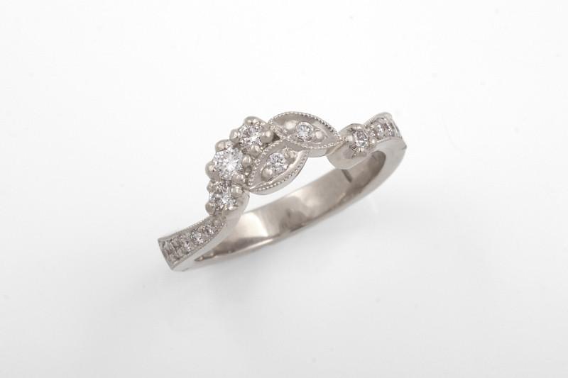 Valkokultainen sormus on muotoiltu kihlasormuksen muotoja ja tyyliä täydentäväksi