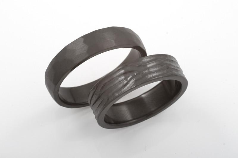Mustat sormukset on valmistettu zirkoniumista. Ilmarinen ja Jatuli.