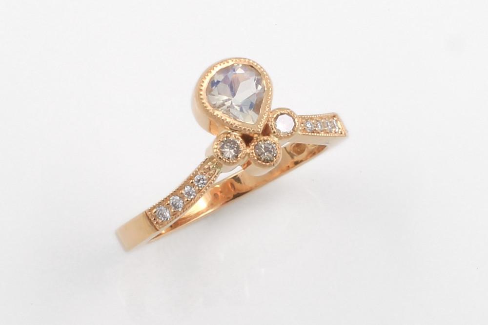 Theodora-sormus pisaranmuotoisella kuukivellä