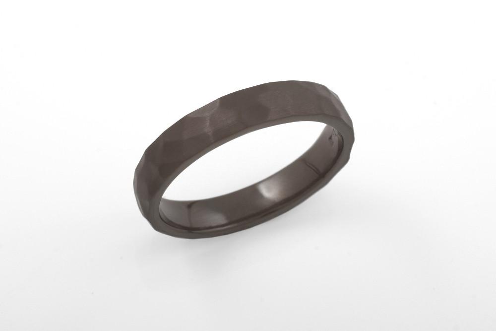 Tilaustyönä valmistettu kapeampi versio Ilmarinen-sormuksesta mustaa zirkoniumia.