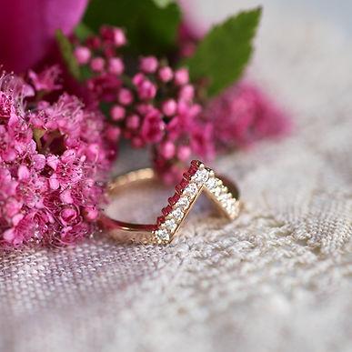 Teetetty keltakultainen V-sormus timanteilla